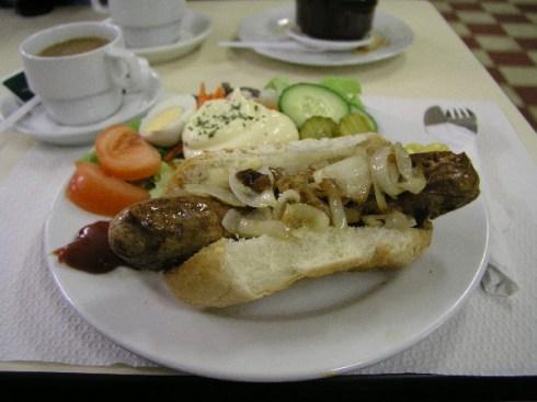 Hotdog in der Cafeteria des Viehmarkts von Battice