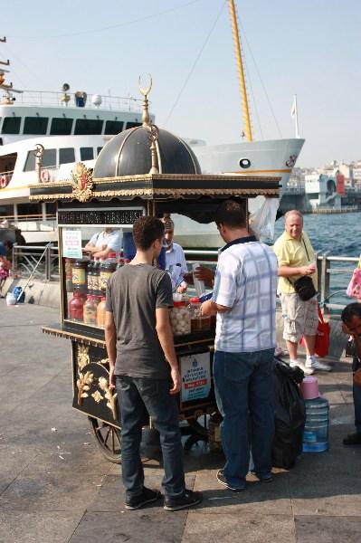 Verkaufsstand für Essiggemüse, Istanbul September 2011