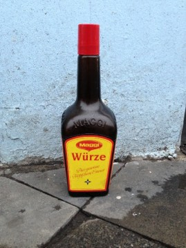 Maggiflasche auf Bürgersteig, Aachen 2013