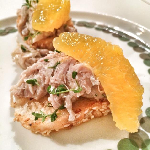 Geflügelsalat mit Zitrusfrüchten auf Baguette