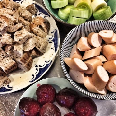 Roggenbrötchen, Porree, Wurst, Kirschen