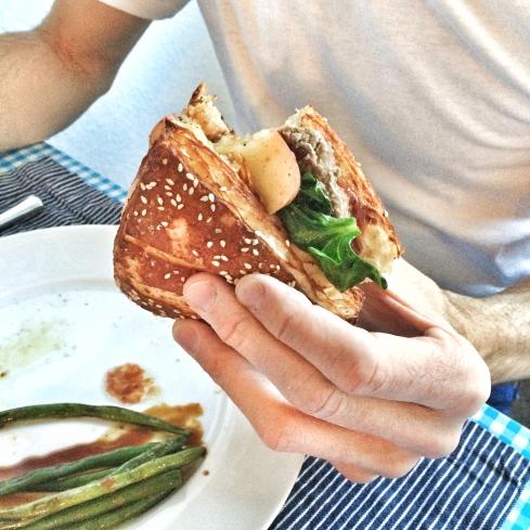 Burger mit Spinat, Apfel und marinierten grünen Bohnen