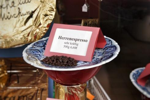Herrenespresso im Schaufenster der Rösterei Hogrebe, Kalk, April 2012