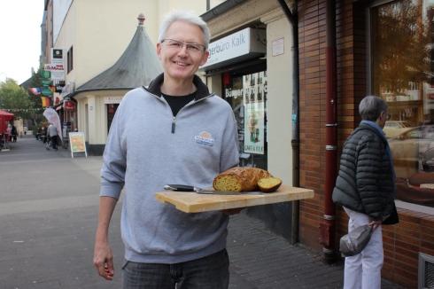 Bäcker Engelbert Schlechtrimen mit Möhrenbrot, Kalk, Oktober 2018